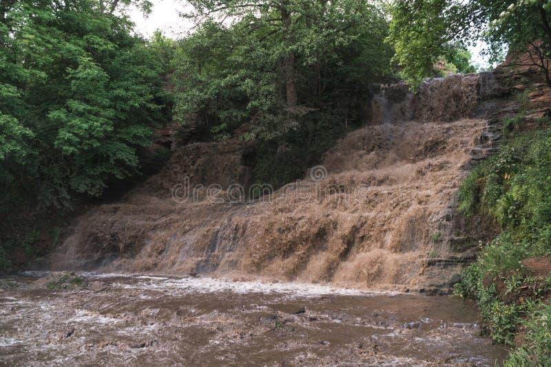 Inondazione, cataclisma, alta piovosità, la minaccia dell'inondazione, acqua sporca Cascata di Dzhurinsky, Ucraina immagine stock libera da diritti