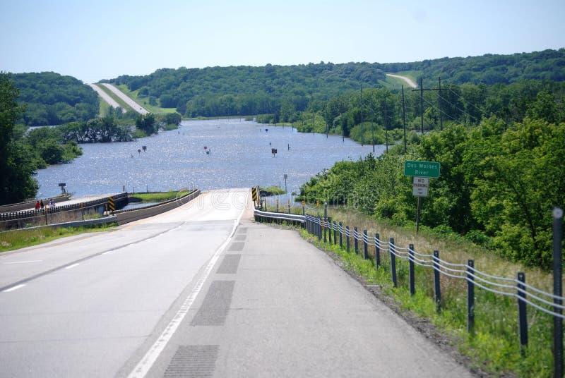 Inondazione del fiume di Des Moines sopra l'itinerario 30 degli Stati Uniti immagini stock libere da diritti