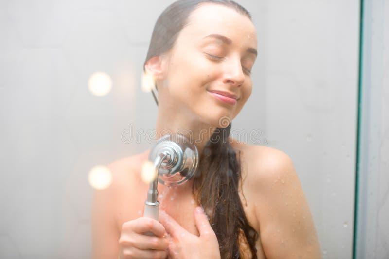 Inondazione della giovane donna fotografie stock libere da diritti