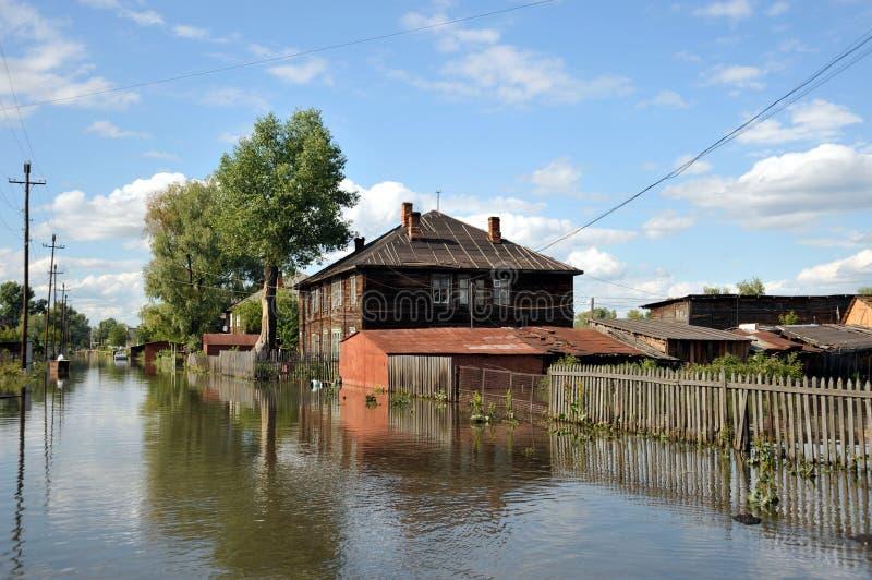 Inondazione Il fiume Ob', che è emerso dalle rive, ha sommerso le periferie della città fotografia stock