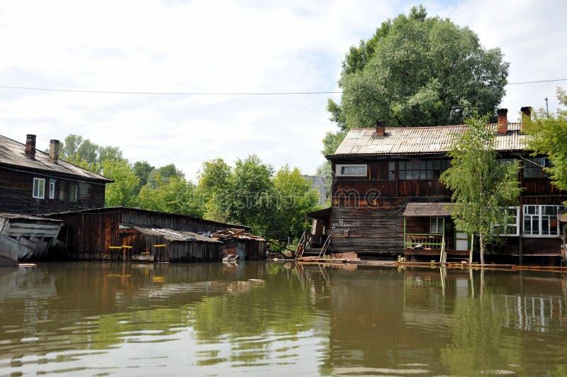 Inondazione Il fiume Ob', che è emerso dalle rive, ha sommerso le periferie della città immagine stock libera da diritti