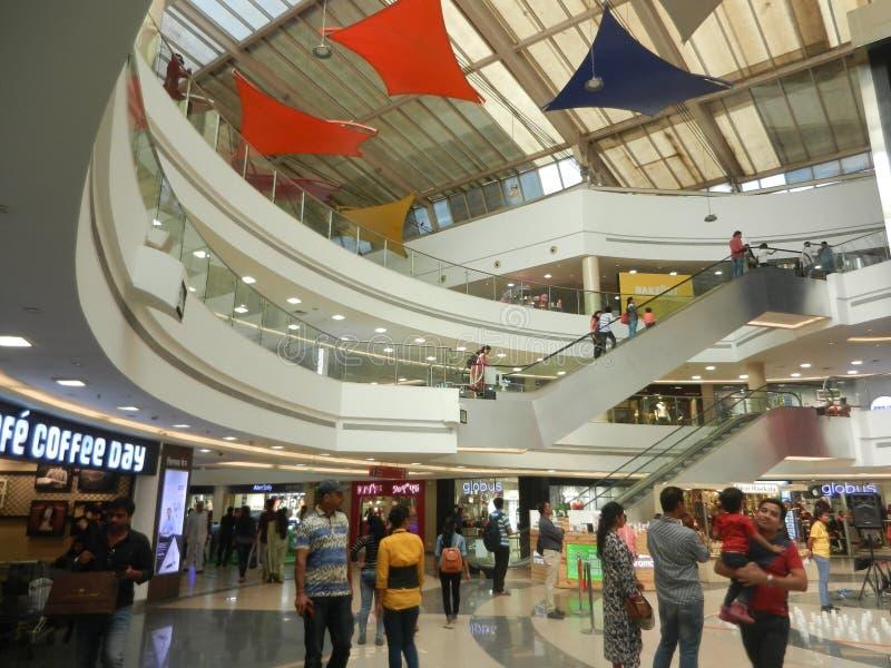 Inorbit centrum handlowe, vashi, navi Mumbai, maharashtra, ind, 14 2017 Listopad: widok wśrodku centrum handlowego z ludźmi tłumó fotografia stock