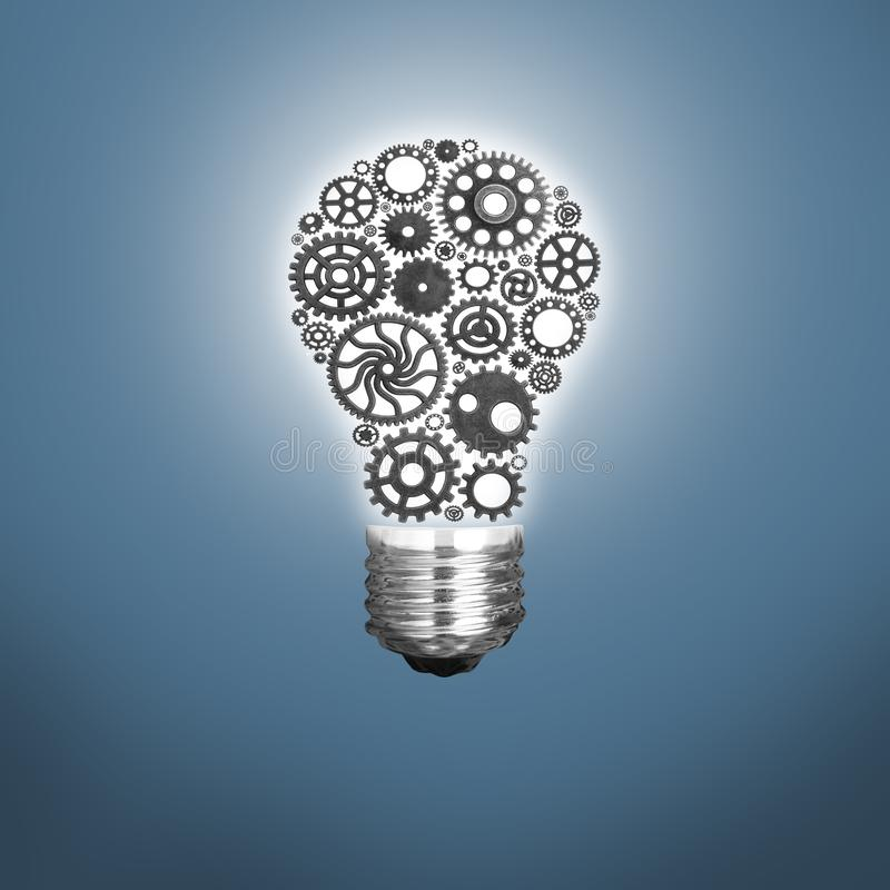 Inovação com as ideias e os conceitos que caracterizam as rodas denteadas de uma ampola que trabalham o negócio isolada foto de stock royalty free