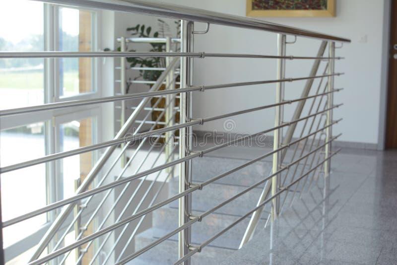 Inox stali nierdzewnej salowy ogrodzenie w schody zdjęcia royalty free