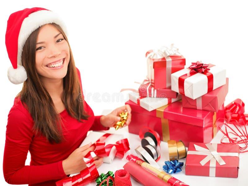 Inpackning av julgåvan royaltyfria bilder
