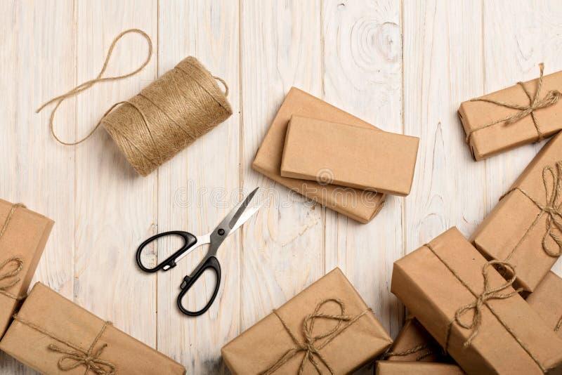 Inpackning av julgåvor i det Kraft papper och repet fotografering för bildbyråer