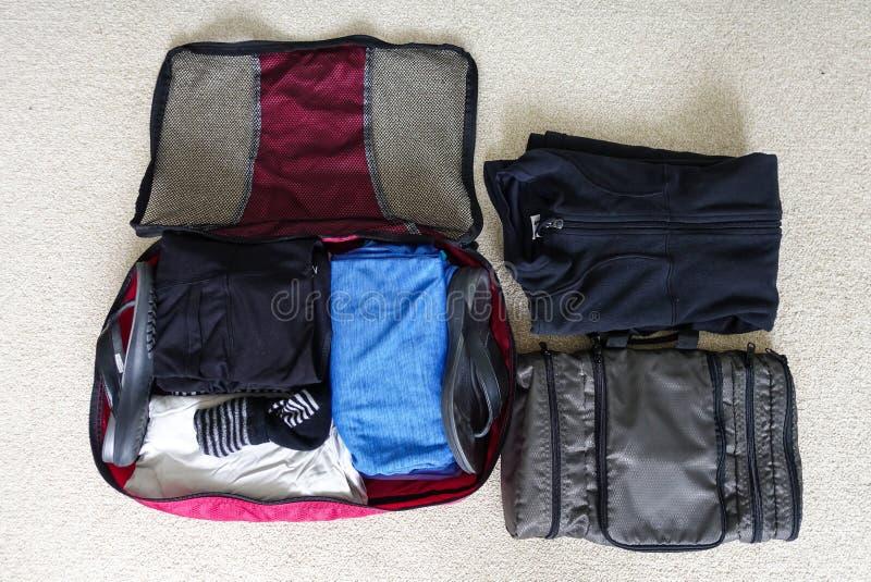 Inpackning för två - dag tur för tre natt till ett kallt väderområde royaltyfria bilder