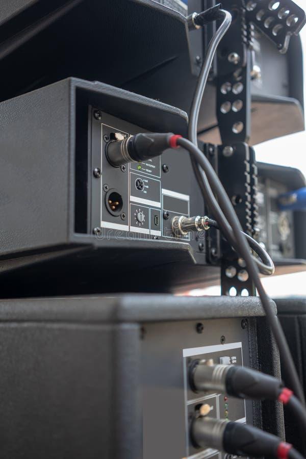 Input/Output Platte auf der Rückseite einer Audioschnittstelle stockbild