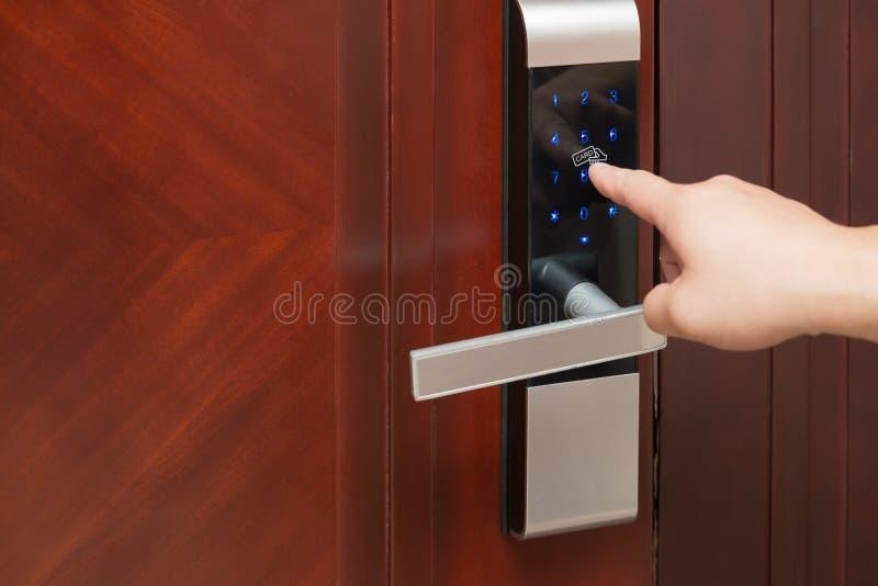 Inputing lösenord på en elektronisk dörr arkivbild