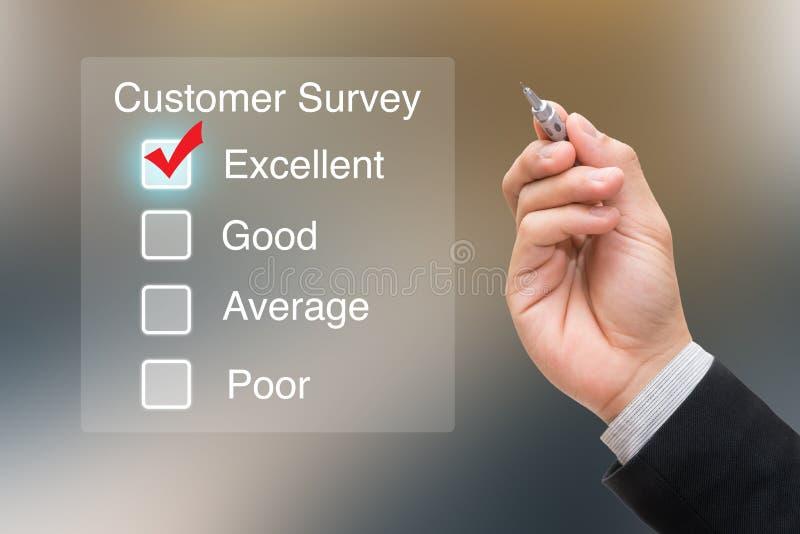 Inquéritos aos clientes de clique da mão na tela virtual fotos de stock