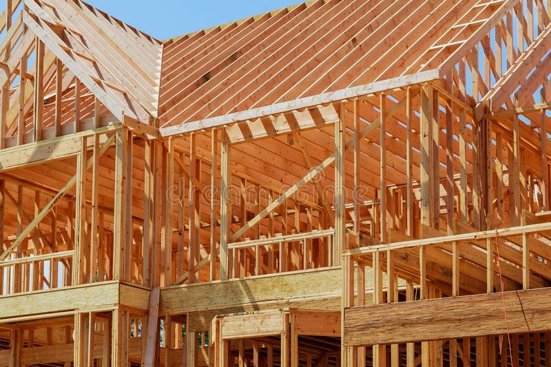 Inquadramento domestico nuovo dell'edilizia residenziale contro un cielo blu immagini stock libere da diritti