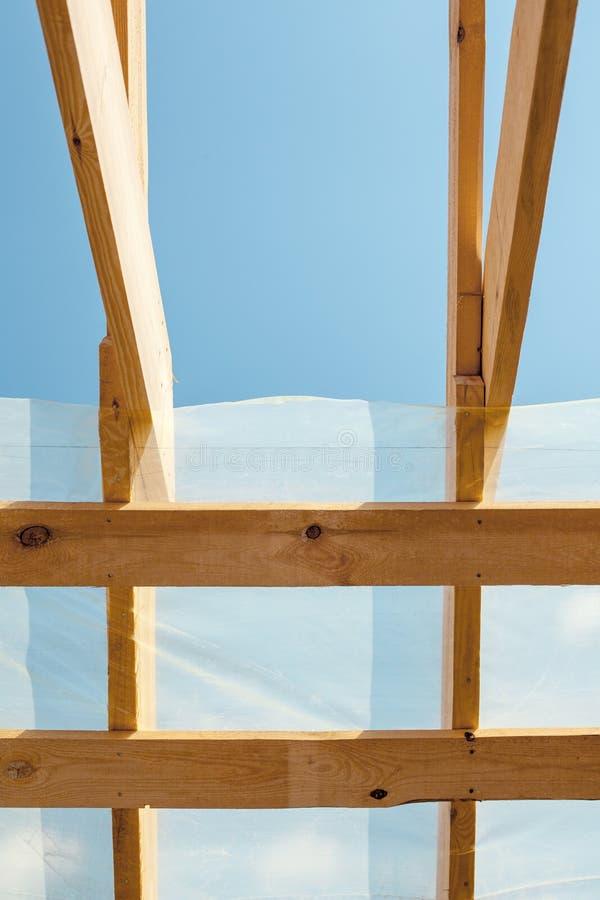Inquadramento domestico nuovo dell'edilizia residenziale contro un cielo blu Costruzione del tetto La costruzione del legno, torr fotografie stock