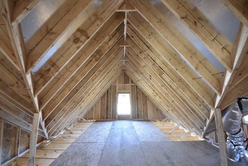 Inquadratura della soffitta e costruzione domestica del travetto nuova fotografia stock libera da diritti