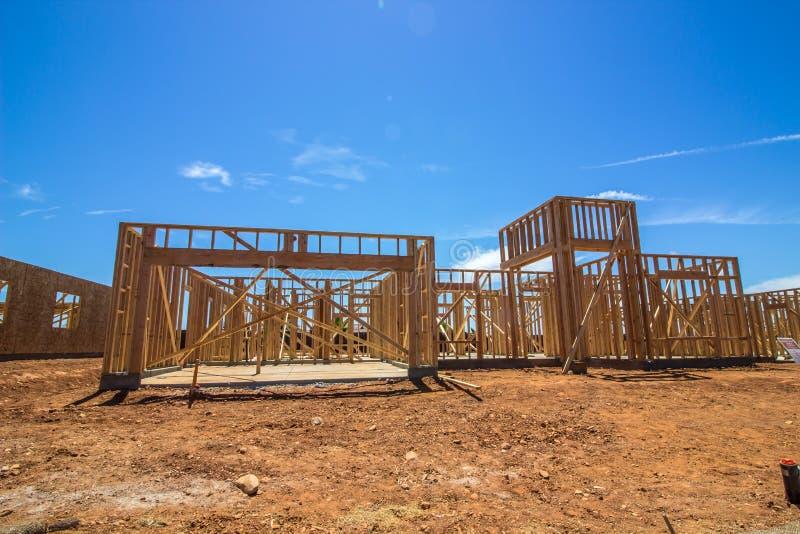 Inquadratura di legno sulla nuova costruzione domestica immagine stock