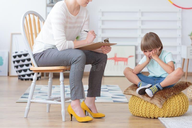 Inquiétude d'enfants et concept de dépression images stock