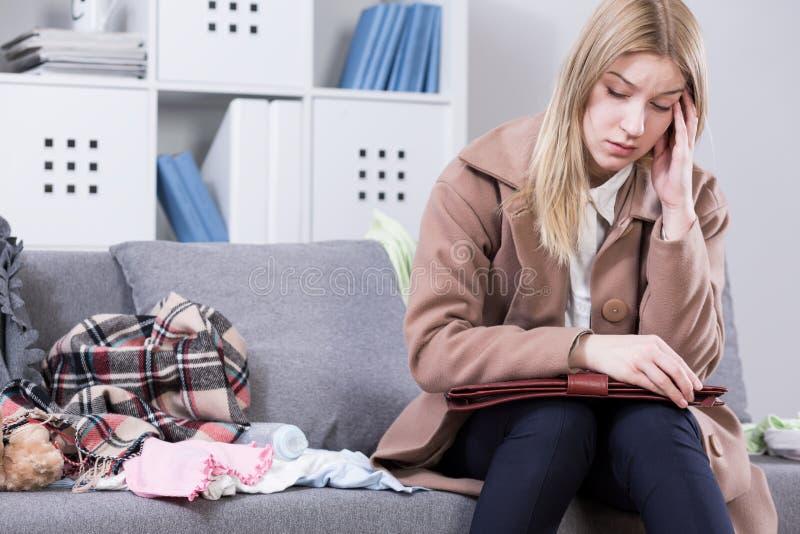 Inquiétudes maternelles donnant son mal de tête photos stock