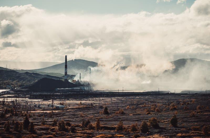 Inquinamento ambientale ad opera del fumo tossico della fabbrica dai camini la terra morta vicino Emissioni tossiche immagine stock libera da diritti