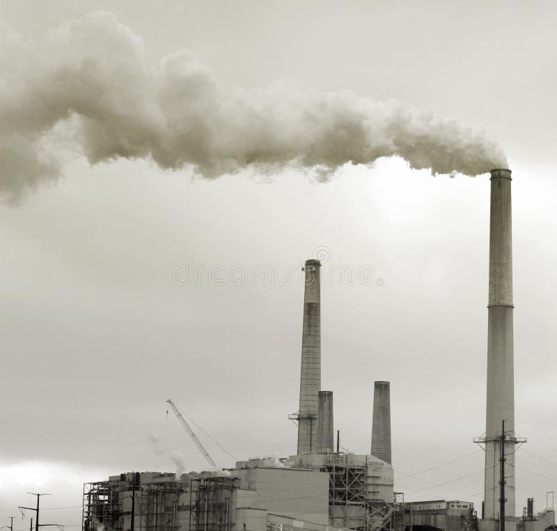 Download Inquinamento Ambientale - Camino Della Fabbrica Fotografia Stock - Immagine di nubi, industriale: 7317122