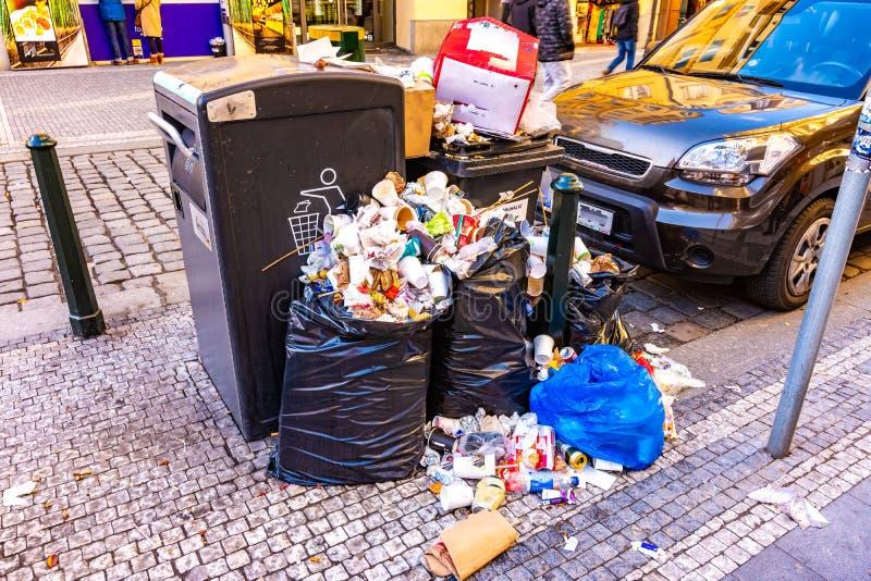 Inquinamento dell'immondizia in via della città Lo spreco inutilizzato sta aspettando il bidone della spazzatura ed il riciclaggi fotografia stock libera da diritti