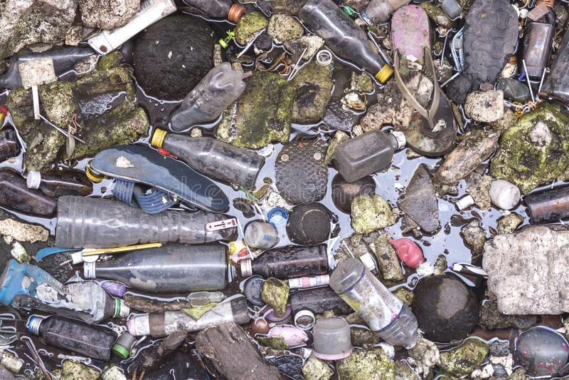 Inquinamento delle acque: molti trash sul fiume a Bangkok Tailandia fotografie stock libere da diritti