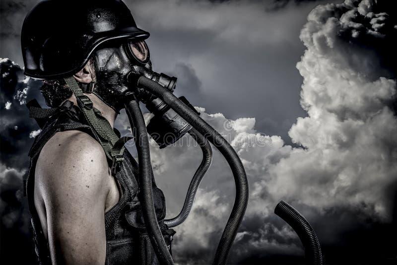 Inquinamento, disastro nucleare, uomo con la maschera antigas, protezione immagine stock