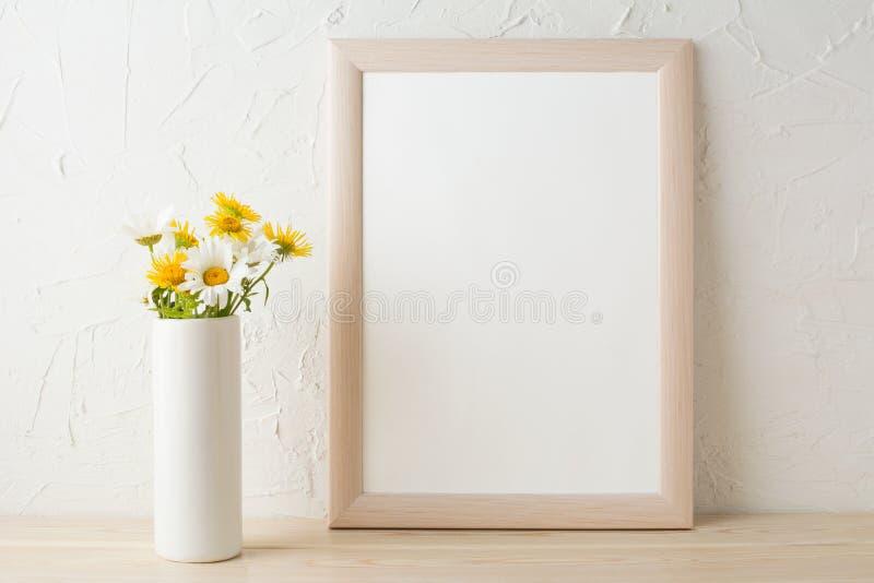 Inrama modellen med vita och gula kamomillar i vas arkivfoton