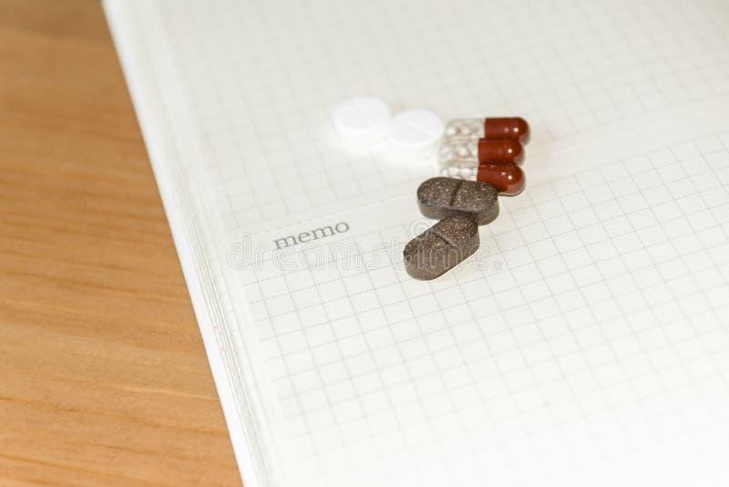 Inrama tomt utrymme f?r din text p? ett ark av anteckningsboken eller dagboken Medicinsk bakgrund med kul?ra minnestavlor, minnes royaltyfria bilder