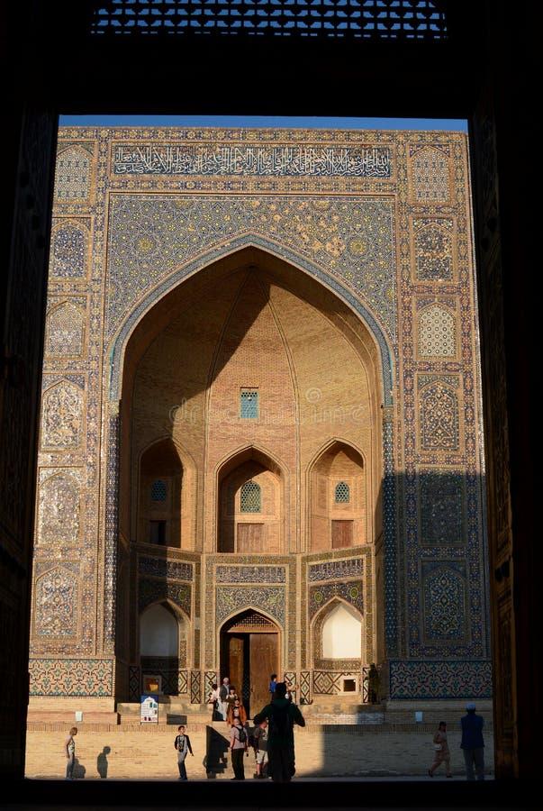 Inramad sikt av denarab madrasahportalen Komplex Po-jag-Kalyan byggda uzbekistan royaltyfri bild