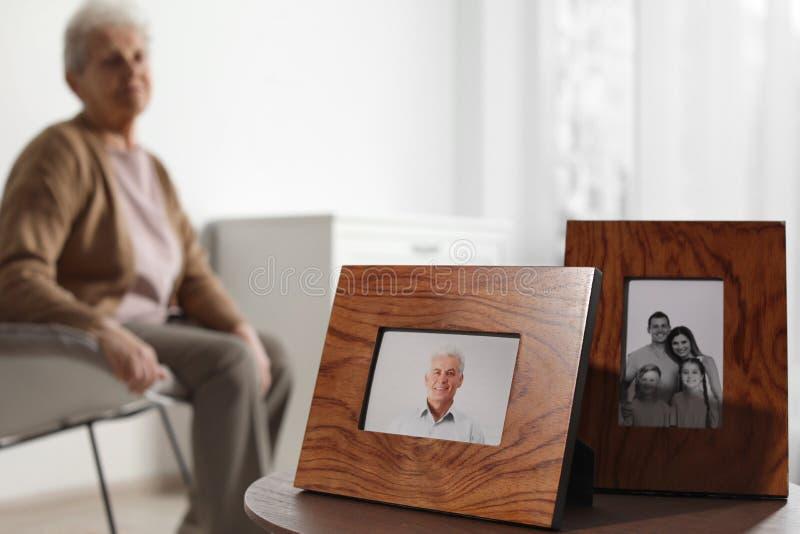 Inramade foto och suddig kvinnlig pensionär på bakgrund fotografering för bildbyråer