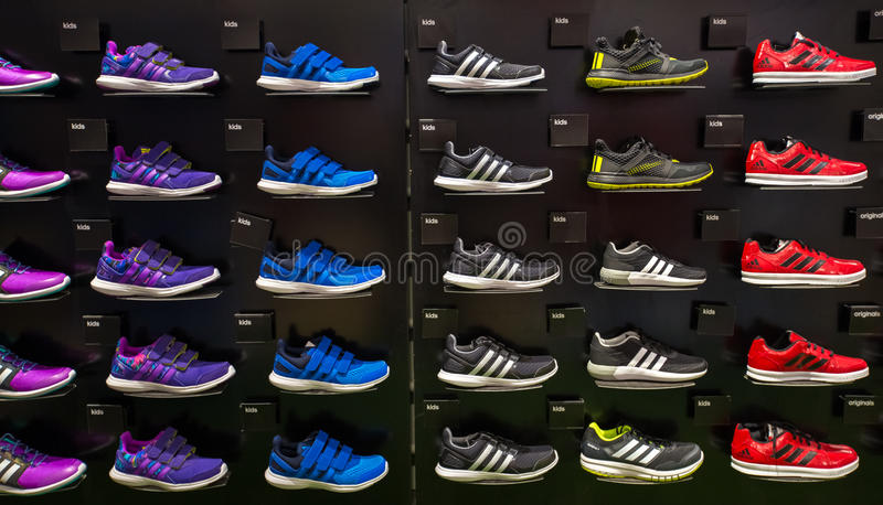 Inre Adidas lager i Siam Paragon Shopping Mall på Bangkok, Thailand arkivfoto