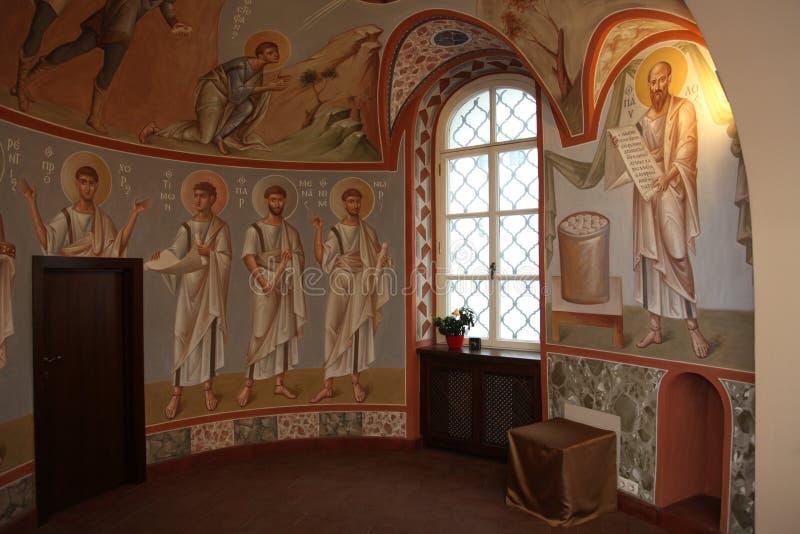 Inre altare, symboler, frescoes, dopfunt, i den traditionella ortodoxa kyrkan för gammal ryss arkivfoton