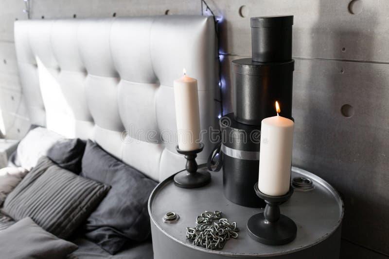 Inre alternativ jul stearinljus i ljusstake med rök i sovrum royaltyfri bild