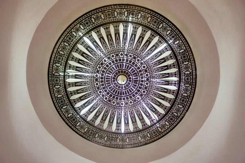 Inre arkitekturljuskrona som hänger under taket fotografering för bildbyråer