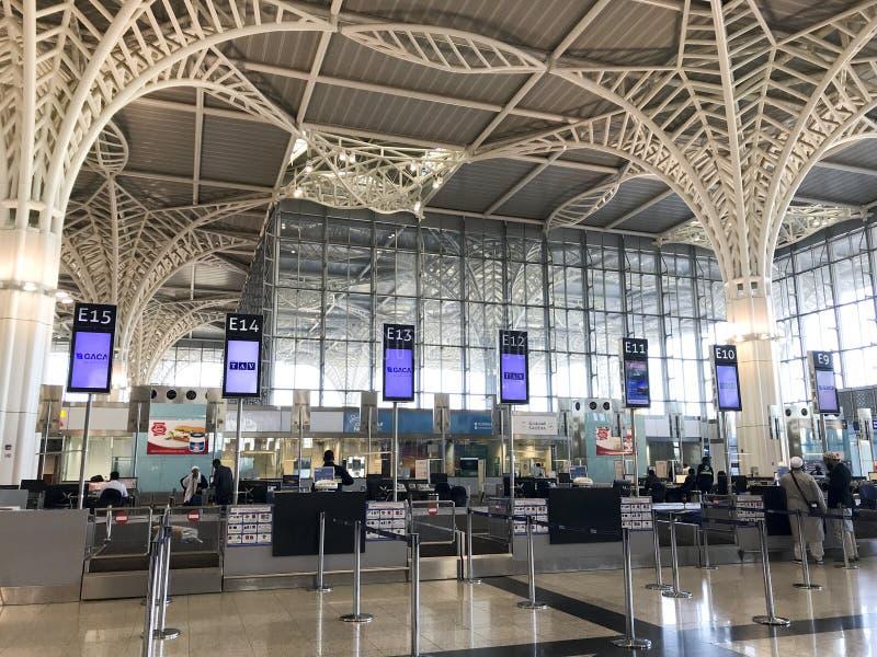 Inre arkitektursikt av den nyligen avslutade binAbdulaziz för prins Mohammed internationella flygplatsen i Al Madinah, Saudiarabi royaltyfria bilder