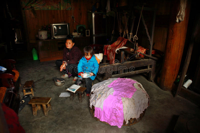Inre asiatiska bondaktiga bönder för boning, kinesisk kvinna med en ch royaltyfria foton