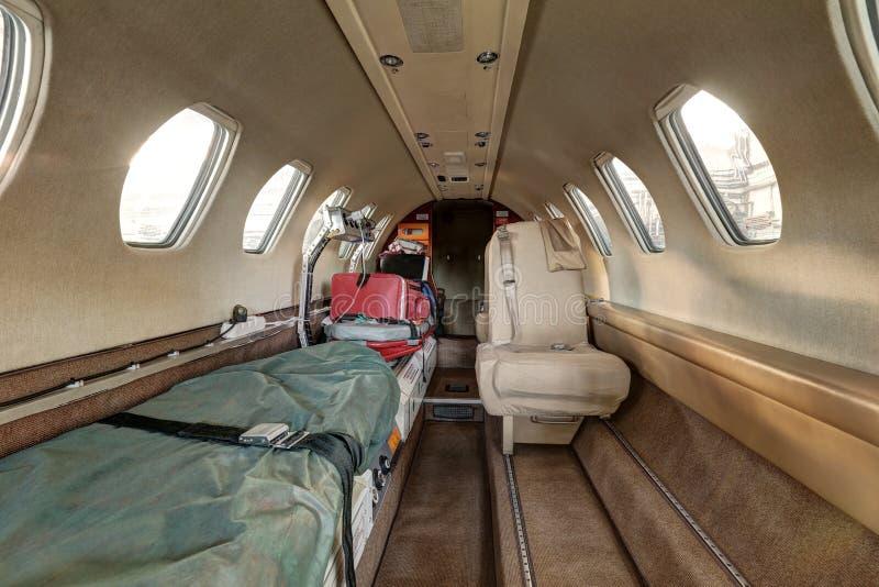 Inre av ambulansflygplanet med par av bårar arkivfoton