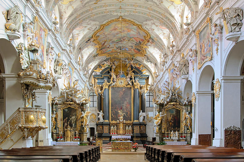 Inre av basilikan för St. Emmerams i Regensburg, Tyskland royaltyfria bilder