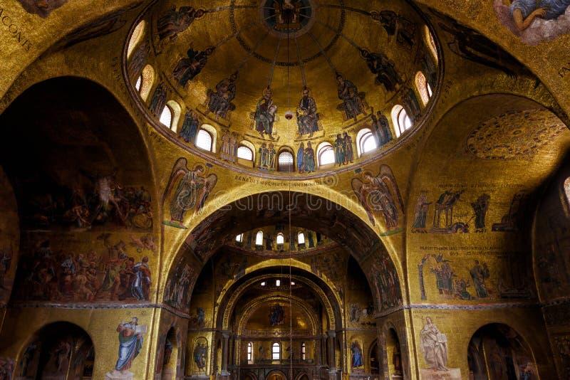 Inre av basilikan för St Mark ` s i Venedig arkivfoto