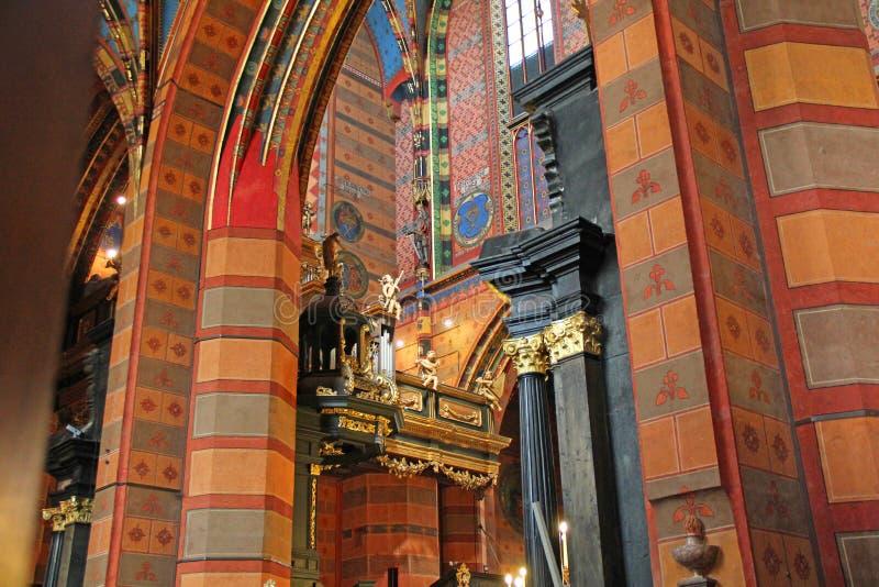 Inre av basilikan för St Mary ` s, Krakow, Polen royaltyfri fotografi