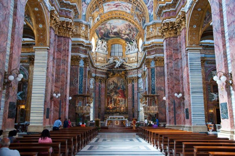 Inre av basilikan San Carlo al Corso i Rome, Italien. arkivfoton