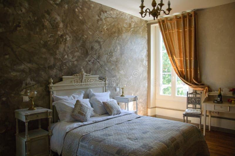 Inre av bekvämt hotellrum med stora dubbelsäng och kuddar arkivbild