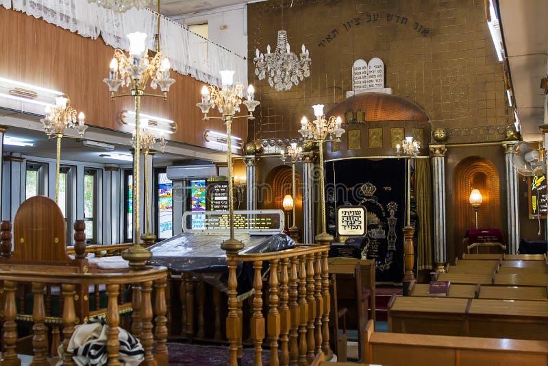 Inre av de synagogaBrahat mumlen-levana i Bnei Brak israel royaltyfria foton