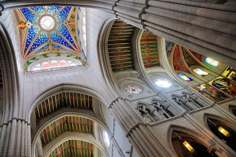 Inre av den Almudena domkyrkan, Madrid arkivbild