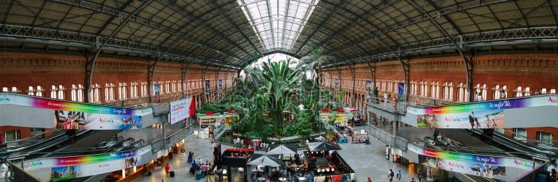 Inre av den Atocha järnvägsstationen i Madrid arkivbilder