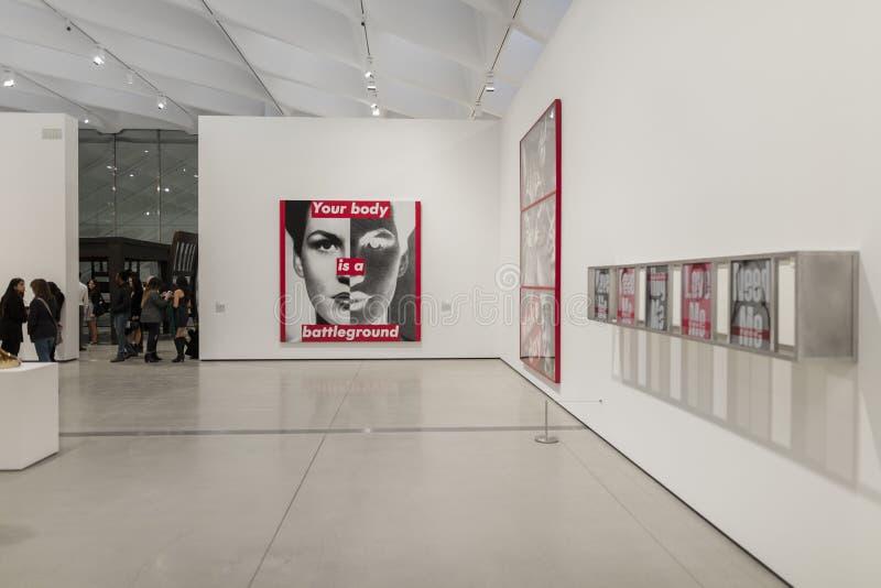 Inre av den breda moderna Art Museum royaltyfri fotografi