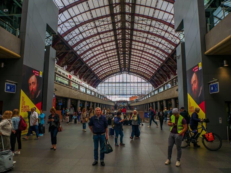 Inre av den centrala drevstationen av Antwerp med passagerare royaltyfri bild