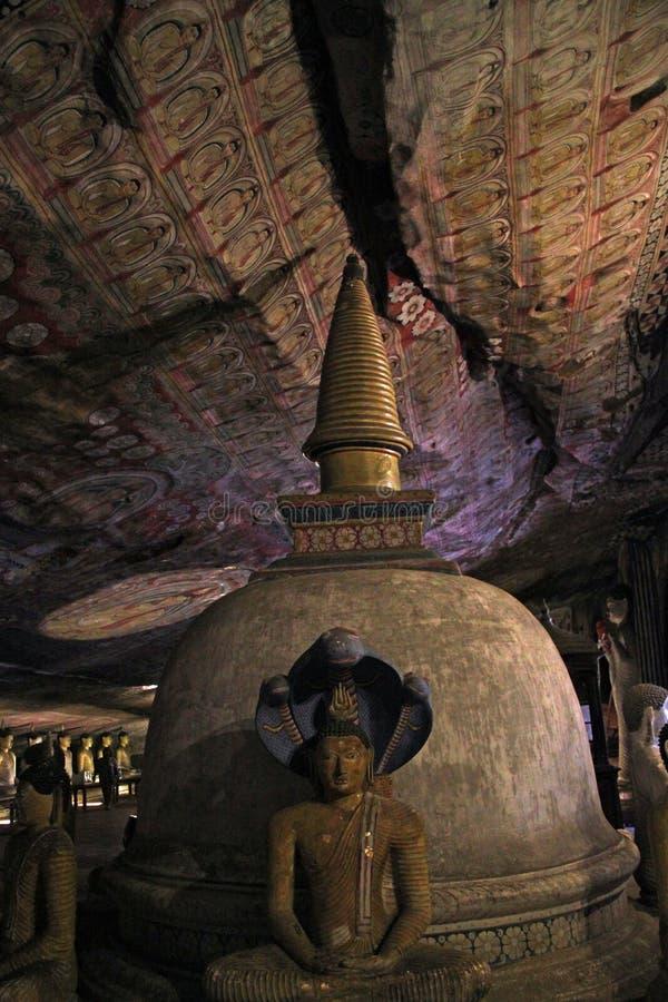 Inre av den Dambulla grottatemplet i Sri Lanka royaltyfria bilder