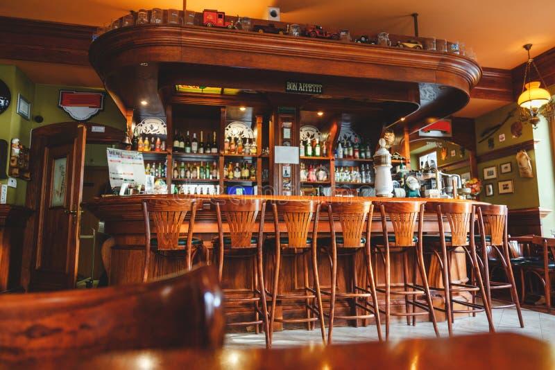 Inre av den dyra stilfulla stången som göras av mahogny i den irländska baren arkivfoton