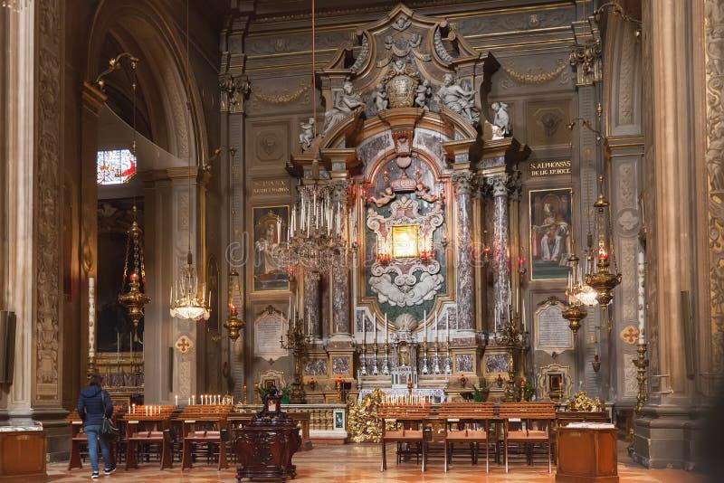 Inre av den Ferrara domkyrkan, Italien royaltyfria bilder