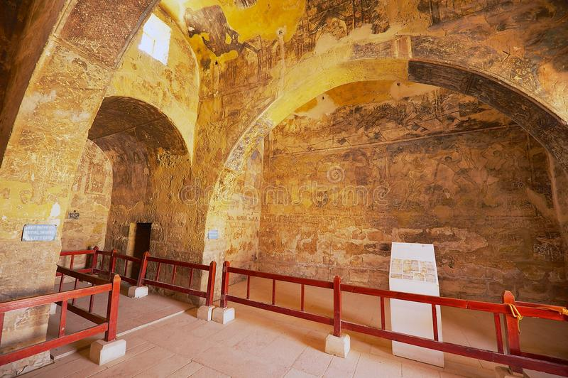 Inre av den forntida Umayyad ökenslotten av Qasr Amra med roman vägg- vägg- och takgarnering i Zarqa, Jordanien arkivfoto
